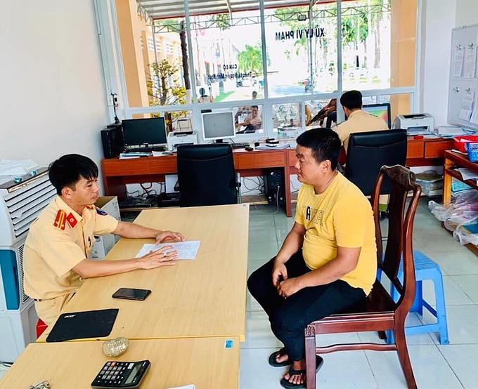 Thanh niên trong video được CSGT mời lên làm việc. Ảnh: FBCông an huyện Dầu Tiếng