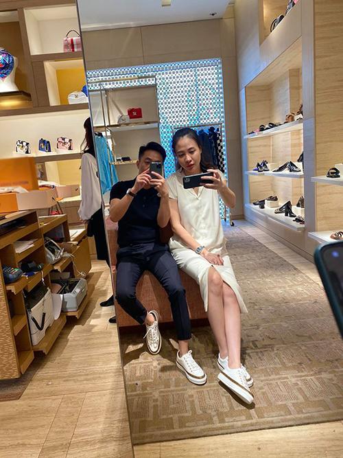 Cường Đôla khoe được bà xã Đàm Thu Trang đưa đi sắm Tết nhưng phải đồ đôi mới chịu.