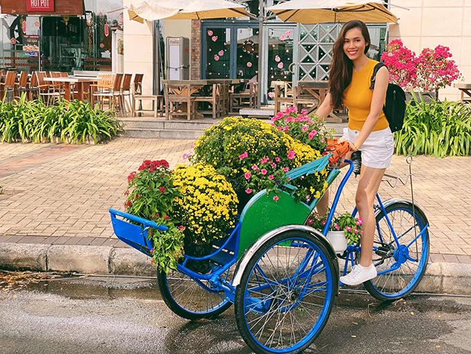 Á hậu Hoàng My pose hình tại đường hoa ở Phú Mỹ Hưng, quận 7, TP HCM.