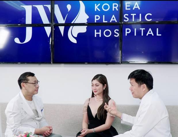 Tiến sĩ, bác sĩ Nguyễn Phan Tú Dung và Tiến sĩ, bác sĩ Chul Hwan Seul tư vấn cho diễn viên Thanh Trúc.