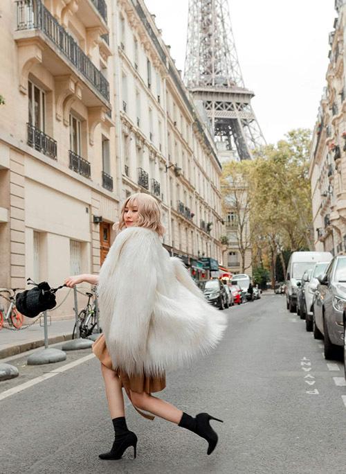 [Caption vì đây là đất nước nổi tiếng với các thương hiệu thời trang và mỹ phẩm. Diễn viên Ivy là người có đam mê với đồ hiệu. Trong bộ ảnh mới, dễ dàng nhận thấy cô nàng luôn chọn phụ kiện đi kèm là túi xách đến từ thương hiệu Dior. Cách chọn trang phục, phối màu sắc vô cùng đẹp mắt, Ivy cho biết có một vài bộ là nhờ stylist, còn lại là cô tự mix, match theo sở thích. Cô nàng rất thích chiếc áo khoác lông được mua tại Paris, vừa giữ ấm tốt lại thời trang nên món đồ này xuất hiện khá nhiều trong các bức ảnh. Về những dự định sắp tới, Ivy khá hồi hộp chờ đợi các dự án phim mà cô tham gia với vai trò diễn viên được khởi chiếu.
