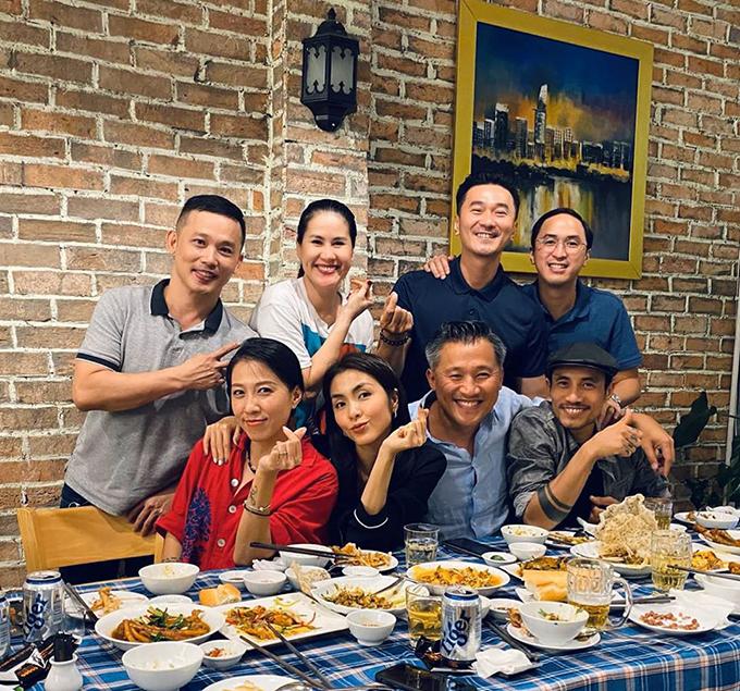 Vợ chồng Tăng Thanh Hà tụ họp cuối năm cùng hội bạn thân gồm diễn viên Thân Thúy Hà, vợ chồng ca sĩ Phạm Anh Khoa...