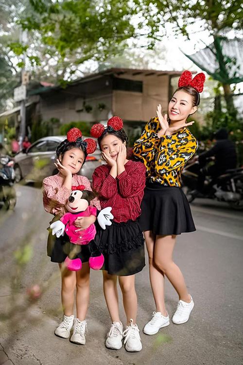Thanh Hương nhí nhảnh pose hình cùng hai con gái khi dạo phố những ngày cuối năm.