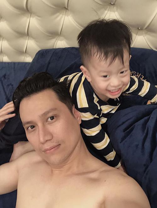 Diễn viên Việt Anh than bị con trai tè ra giường ngày giáp Tết.