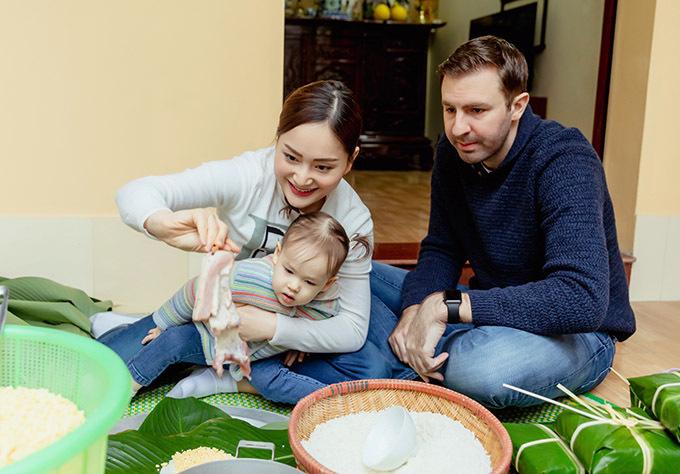[Caption  Nàng dâu order chia sẻ tuy cuộc sống bận rộn nhưng cô luôn mong muốn được dạy cho con cũng như giới thiệu với chồng những nét truyền thống đáng tự hào của người Việt Nam.