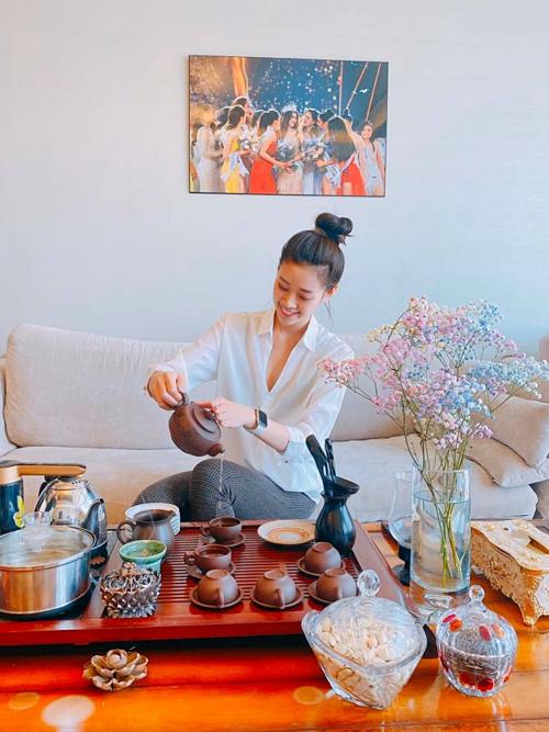 Khánh Vân cũng trang hoàng căn hộ chung cư - phần thưởng hoa hậu mà cô sẽ ở trong hai năm tới. Song người đẹp sẽ đón Tết ở nhà, đến mùng 4 Tết mới qua ở căn hộ.