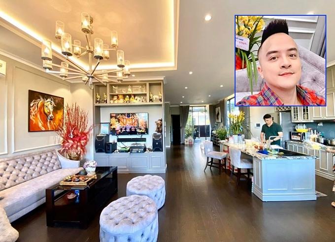 Cao Thái Sơn khoe thành quả ngôi nhà sạch đẹp do chính anh dọn dẹp.