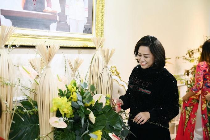 Nghệ nhân cắm hoa Đỗ Thu Huyền cũng tới giúp Đỗ Trịnh Hoài Nam trang trí nhà. Biết NTK áo dài yêu hoa nên nghệ nhân Thu Huyền đã lựa chọn những loài hoa đẹp nhất, phù hợp nhất cho ngôi nhà.