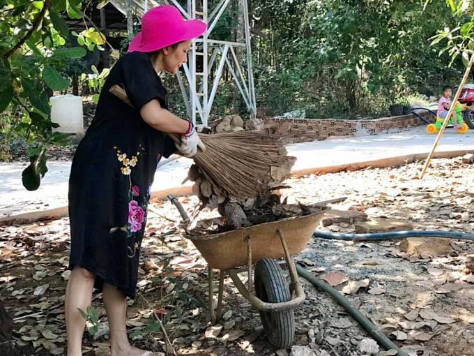 Dịp nghỉ Tết, diễn viên Kiều Trinh về quê ở Bình Phước dọn dẹp vườn, chuẩn bị đón mùa xuân mới.