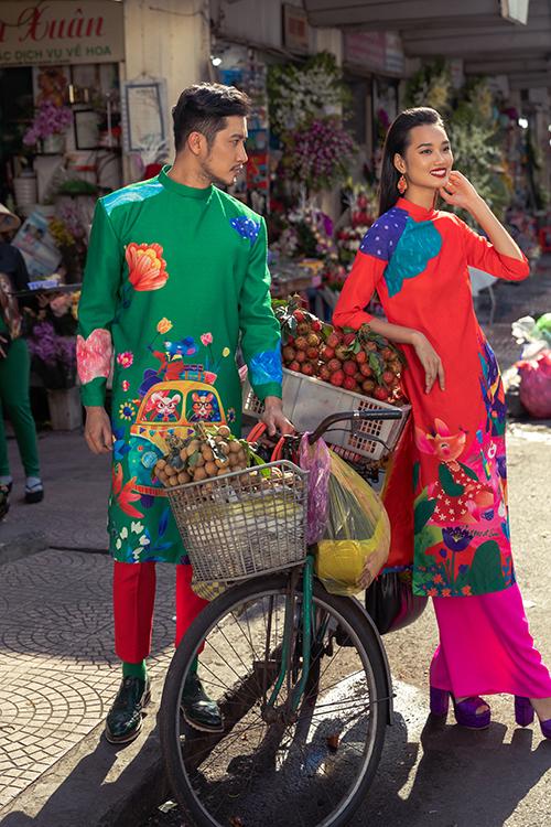 Bên cạnh những gam màu bắt mắt như xanh lá, vàng rực, hồng sen... các mẫu áo dài còn được tô điểm hoạ tiết hoa lá và những chú chuột xinh xắn.