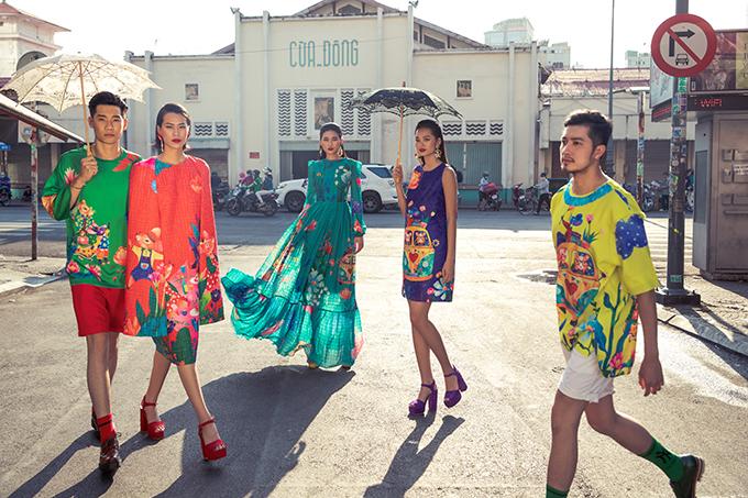 Ngoài áo dài để đi chợ hoa, chụp ảnh kỷ niệm vào dịp Tết là những trang phục ứng dụng để du xuân và đi chơi Tết, tham gia tiệc tân niên.