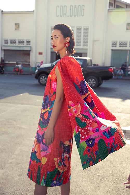 Hoạ tiết những chú chuột đáng yêu được đan xen với hình ảnh hoa lá muôn sắc màu tạo điểm nhấn cho váy áo phái đẹp.