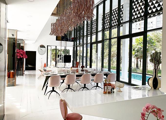 Tổ ấm của người đẹp có không gian mở, thiết kế hiện đại. Ngọc Trinh nghiên cứu nhiều không gian của các thương hiệu thời trang nổi tiếng để ứng dụng vào biệt thự.