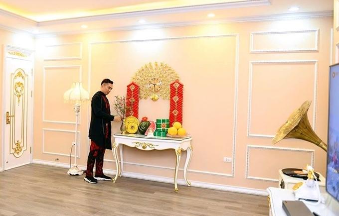 Một góc khác trong ngôi nhà được bày biện tràng pháo đỏ, bánh chưng xanh. Tổ ấm của Đỗ Trịnh Hoài Nam trông sang trọng và ấm áp dưới áng sáng vàng nhạt.
