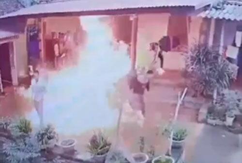Ngọn lửa bùng lên sau khi Tùng đổ xăng ra sân nhà bố vợ rồi châm lửa.