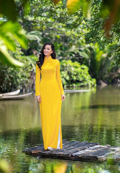 HHen Nie thướt tha với áo dài và được khen xinh đẹp hơn với mái tóc đen dài.