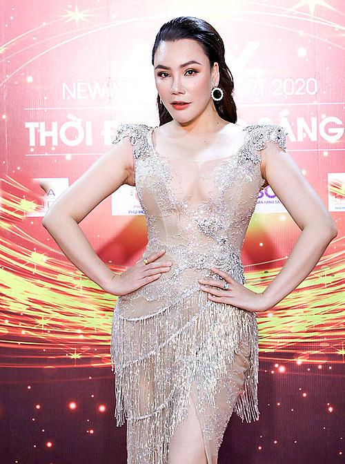 Nữ ca sĩ khoe vóc dáng gợi cảm, làn da trắng. Cô được mời biểu diễn hai ca khúc Honey 2 và Tháng năm bên nhau trong đêm nhạc.