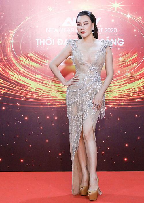Hồ Quỳnh Hương xuất hiện với trang phục mát mẻ trên thảm đỏ chương trình nghệ thuật mang chủ đề New Year Concert 2020 - Thời đại bừng sáng.