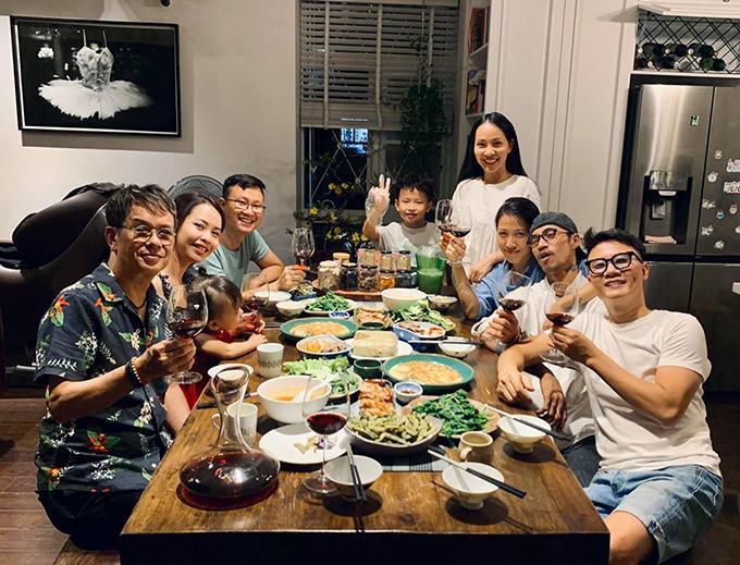 Gia đình Hoàng Bách ăn tất niên cùng vợ chồng nhạc sĩ Đức Huy, ca sĩ Phạm Anh Khoa.