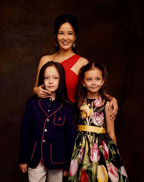 Ca sĩ Hồng Nhung hạnh phúc bên hai bé Tôm, Tép và cho biết các con mãi là mùa xuân của mẹ.