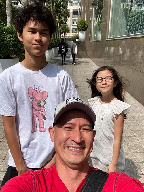Diễn viên Huy Khánh hạnh phúc bên hai con ngày cuối năm. Bé Ghini là con chung của anh và vợ cũ Hoàng Anh. Con gái là trái ngọt trong cuộc hôn nhân thứ hai với Mạc Anh Thư.