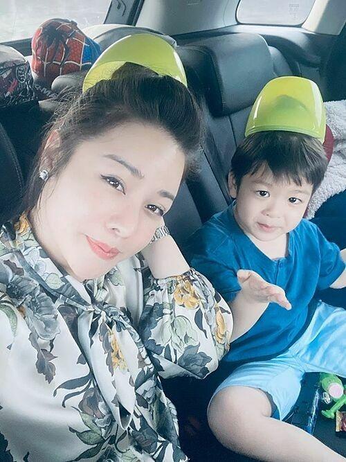 Nhật Kim Anh chở con về ngoại chơi hôm 23 tháng Chạp.