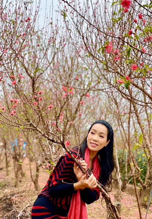 Diễn viên Trịnh Kim Chi lạc vào rừng đào.