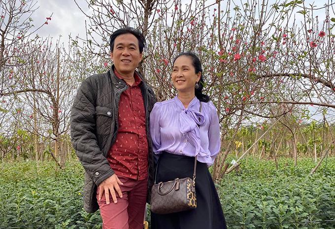 Vợ chồng nghệ sĩ Hương Lan - Đỗ Kỷ đi mua đào chơi Tết.