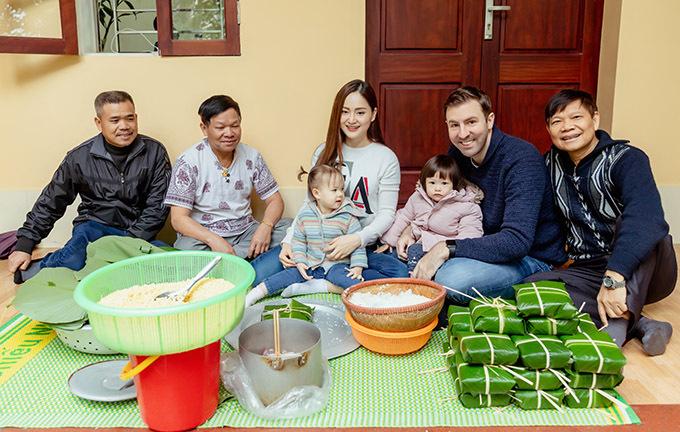 Gia đình Lan Phương chụp ảnh cùng người thân của cô bên chiếu gói bánh chưng ngày cuối năm.