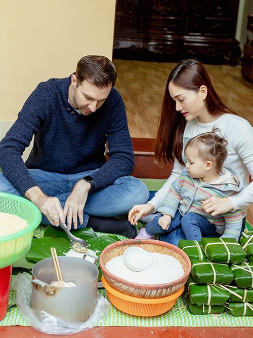 Chồng Tây của cô thử làm món bánh truyền thống quê vợ. Anh cẩn thận xúc gạo, cho đỗ xanh và thịt lợn vừa vặn với từng chiếc lá dong.