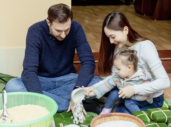Bé Lina cũng tham gia hoạt động gói bánh chưng cùng bố mẹ.