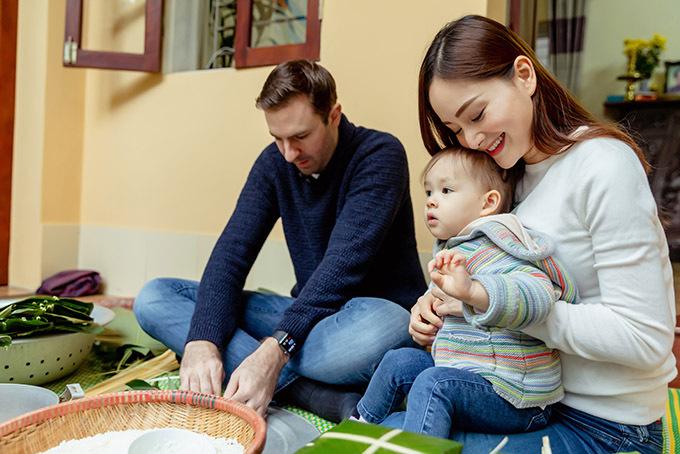 [Caption Gia đình Lan Phương được các chú trong họ bày cho cách gói bánh, mọi người đều mừng rỡ khi cô cháu gái dẫn chồng con cùng nhau tham gia. Nữ diễn viên chia sẻ bản thân vào Nam năm 10 tuổi, ba mẹ không gói bánh chưng vì nhà ít người, đến nay mới có dịp thực hiện điều bấy lâu thích thú. Cô cũng rất vui khi chồng con cũng hào hứng với hoạt động này. Bé Lina tuy nhỏ tuổi nhưng không hề quấy phá, thậm chí còn giúp mẹ nhặt nguyên liệu gói bánh. Phần David, tuy việc ngồi chiếu khá khó khăn nhưng anh cũng rất chuyên tâm cùng vợ học và tất bật hoàn thành sản phẩm đầu tay.    Lan Phương chia sẻ cô cảm thấy hạnh phúc khi cả gia đình có thể quây quần cùng nhau ấm áp như vậy. Sau một năm tất bật cùng công việc, đây là những giây phút quý giá với nữ diễn viên. Đặc biệt việc ông xã David không chỉ yêu thương vợ mà còn hòa hợp cùng gia đình cô khiến Lan Phương rất vui. Bởi đối với cô, tình thân luôn là điều quan trọng nhất.