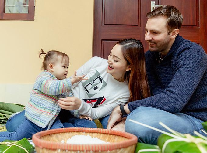 Con gái hơn 1 tuổi của nữ diễn viên thừa hưởng mái tóc nâu và làn da trắng của bố. Bé khá ngoan, ít khi quấy khóc.