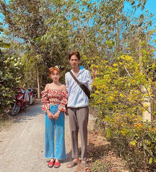 Sĩ Thanh được bạn trai Huỳnh Phương đưa về thăm quê và ra mắt gia đình ở Đồng Tháp. Cả hai đi dép lê giản dị chụp ảnh bên cây mai trước nhà Huỳnh Phương.