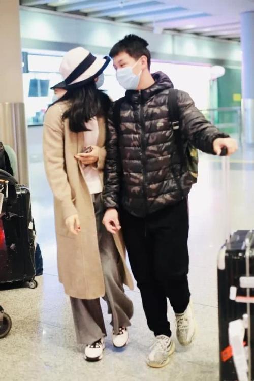 Vương Diễm và con trai Vương Hoằng Khâm (Cầu Cầu) đến sân bay Bắc Kinh hôm 23/1. Hai mẹ con khoác tay nhau trông rất tình cảm. Ở tuổi 14, con trai Vương Diễm cao vượt trội, vóc dáng đã trổ mã như thanh niên. Chồng Vương Diễm không xuất hiện bên hai mẹ con.