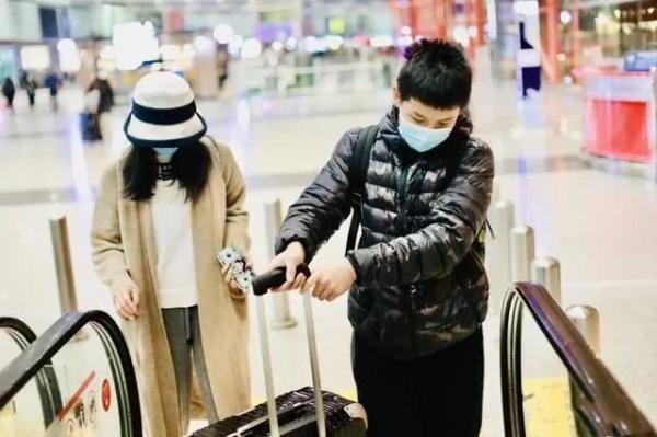 Cậu nhóc ra dáng con trai lớn trong nhà khi giúp mẹ xách vali đồ. Trong một cuộc trò chuyện với báo chí, Vương Diễm từng tiết lộ con trai cô chững chạc, rất yêu thương mẹ.