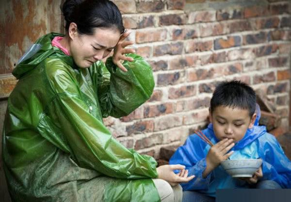 Vương Diễm và con trai khi tham gia một show truyền hình thực tế cách đây vài năm. Cậu bé Cầu Cầu khi đó còn là một cậu bé tồ tệch, hay bắt nạt mẹ, khiến mẹ khóc...