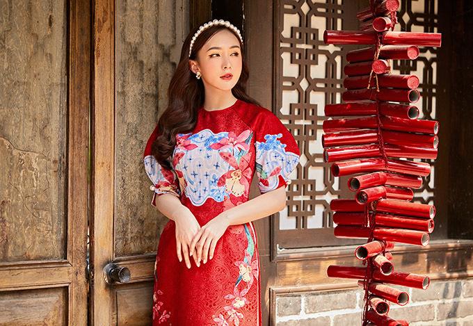 Kelly Nguyễn duyên dáng với trang phục truyền thống cách điệu.