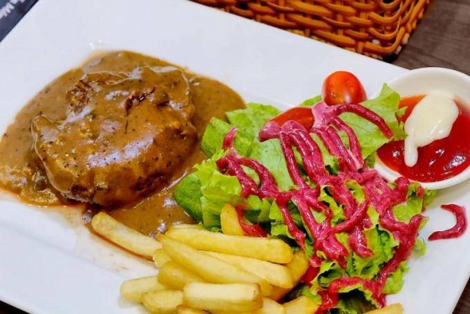 Steak Titi là một trong những quán ăn được lòng nhiều người Sài thành vì giá không cao mà đồ ăn ổn. Các món bò, cừu, đà điểu, cá sấu... ăn kèm salad sốt dâu tằm, tương ớt và khoai tây chiên. Phần ăn nhiều, đủ cho một người lớn no nê.