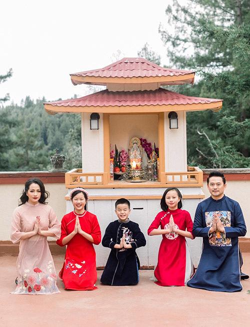 Gia đình người đẹp đi chùa vãn cảnh, du xuân và cầu cho năm mới gặp nhiều may mắn, suôn sẻ trong mọi việc.