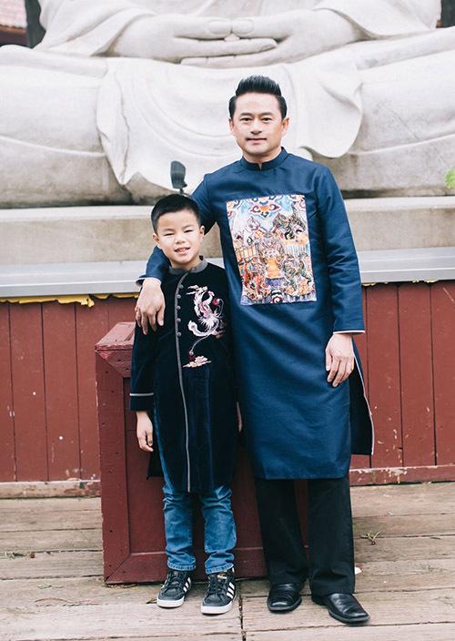 Chồng Ngọc Thuý diện áo dài chụp ảnh với con trai Minh Trường - trái ngọt trong cuộc hôn nhân của anh và bà xã siêu mẫu.