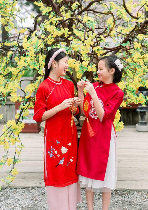 Hai con gái riêng của Ngọc Thuý tên Tâm An (trái) và Vân An ra dáng thiếu nữ khi diện trang phục truyền thống du xuân ở Mỹ.