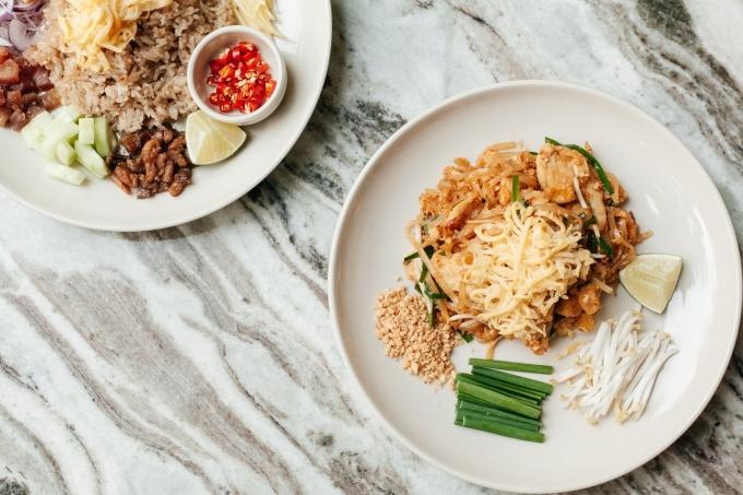 Ba chi nhánh của Tuk tuk Thai Bistro ở Sài Gòn đều không đóng cửa suốt mùa Tết. Không gian chật hẹp nên hơi ồn. Thực đơn ở Tuktuk phong phú với nhiều đặc sản Thái Lan như tom yum, pad thai... Các món ăn được nêm nếm vừa phải, hợp khẩu vị với nhiều người và vẫn giữ được nét đặc trưng của xứ chùa vàng.