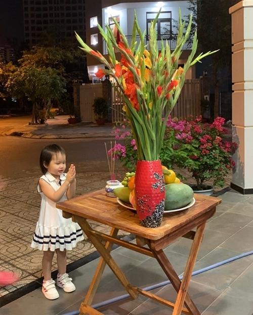Bé Bồ Câu, con gái cựu người mẫu Phan Như Thảo, khấn xin sức khỏe, bình an cho cả nhà. Năm nay gia đình Phan Như Thảo về quê ở Cà Mau đón Tết đến mùng 2 thì bay vào Nha Trang tận hưởng nốt kỳ nghỉ.