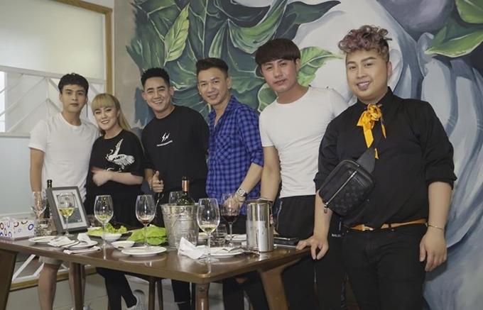 Hồ Quang Hiếu (trái) tụ tập cùng bạn bè trong đêm 30 Tết.