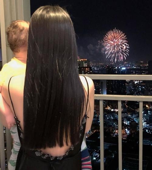 Người mẫu Kha Mỹ Vân cùng con trai ngắm pháo hoa từ ban công căn hộ của cô.
