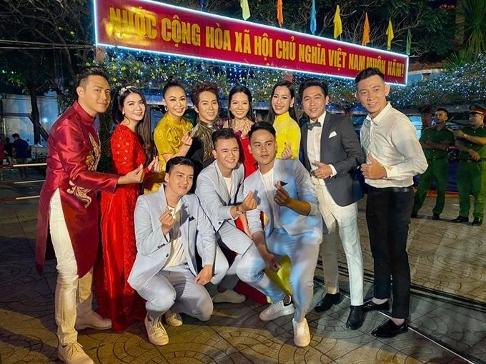 Vợ chồng Kha Ly - Thanh Duy (trái) biểu diễn tại chương trình đón năm mới được truyền hình trực tiếp trên đài Vĩnh Long.