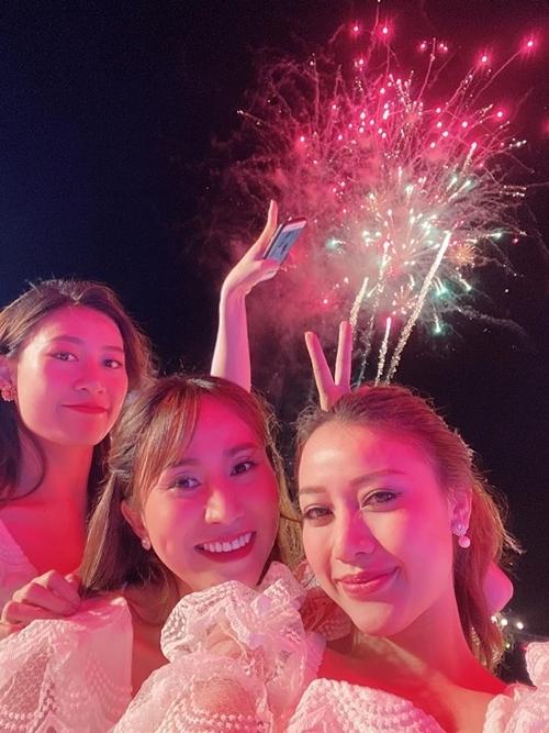 Nhóm Mây Trắng chạy show xuyên Tết. Cả ba ngắm pháo hoa bên nhau khi vừa kết thúc phần biểu diễn của mình.