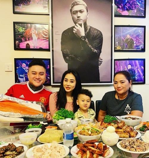 Ca sĩ Vũ Duy Khánh ở bên con trai, bé Bun và vợ cũ, DJ Tiên Moon, trong đêm Giao thừa. Cảm ơn vợ cũ đã luôn luôn tôn trọng và hợp tác tốt cùng anhđể con chúng ta luôn sống trong đầy đủ, anh nói.