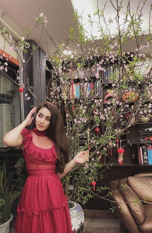 Trang Nhung làm duyên trước ống kính ông xã Hoàng Duy. Kể từ khi kết hôn, cô luôn đón Giao thừa bên chồng, con và cho đó là khoảnh khắc hạnh phúc nhất sau một năm làm việc vất vả.